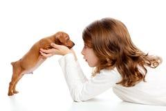 Menina triguenha do perfil com pinscher do filhote de cachorro do cão o mini Imagem de Stock