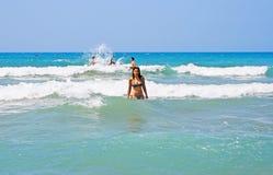 Menina triguenha no mar Imagens de Stock