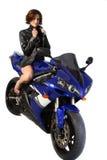 Menina triguenha no revestimento de couro da motocicleta Fotografia de Stock