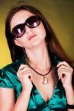 Menina triguenha nova de fascínio com a segmentação Fotos de Stock