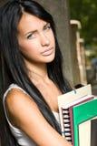 Menina triguenha nova lindo do estudante ao ar livre. foto de stock royalty free