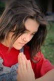 Menina triguenha nova que praying Imagens de Stock