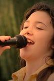 menina triguenha que canta 3 Fotografia de Stock Royalty Free