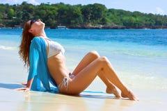 Menina triguenha que relaxa na praia Fotos de Stock Royalty Free