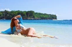 Menina triguenha que relaxa na praia Fotografia de Stock