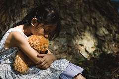 Menina triste adorável com urso de peluche Imagens de Stock Royalty Free