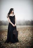 A menina triste bonita do goth guarda o guarda-chuva preto imagem de stock