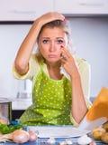 Menina triste com indicação de operação bancária em casa Fotos de Stock