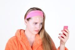 Menina triste com a medicamentação dos problemas de pele da acne imagens de stock royalty free