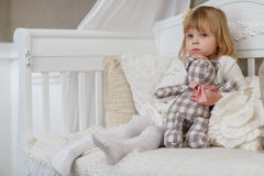 Menina triste com urso do brinquedo. Imagem de Stock Royalty Free