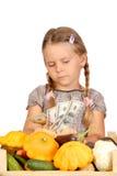 A menina triste conta o dinheiro isolado no whit Fotos de Stock