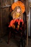 menina triste da bruxa do Dia das Bruxas no traje com vassoura Foto de Stock