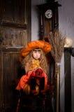 menina triste da bruxa do Dia das Bruxas no traje com vassoura Imagens de Stock Royalty Free