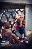 Menina triste em uma boina cor-de-rosa Imagem de Stock Royalty Free