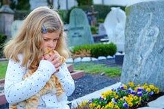 Menina triste na frente da sepultura Fotografia de Stock