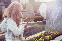 Menina triste na frente da sepultura Fotos de Stock Royalty Free