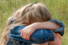 Menina triste na grama Imagens de Stock