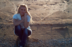 Menina triste na praia Imagem de Stock Royalty Free