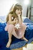 Menina triste pequena que joga no conto de fadas Imagens de Stock