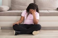 Menina triste que tem a dor de cabeça imagem de stock royalty free