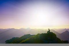 Menina triste só que senta-se no pico de montanha Fotografia de Stock