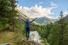 Menina, turista, em uma rocha Imagens de Stock Royalty Free