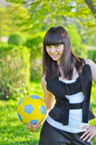 Menina ucraniana bonita com uma esfera Fotos de Stock