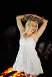 Menina ucraniana com uma grinalda das flores em sua cabeça contra vagabundos Fotografia de Stock Royalty Free