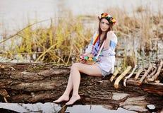 Menina ucraniana na camisa nacional ucraniana que guarda uma Páscoa Fotos de Stock