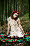 Menina ucraniana na floresta foto de stock