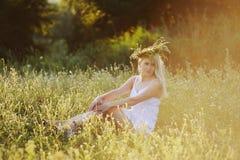 Menina ucraniana no sundress brancos com uma grinalda das flores em h Foto de Stock Royalty Free