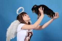 A menina um anjo e um doggy Imagens de Stock Royalty Free