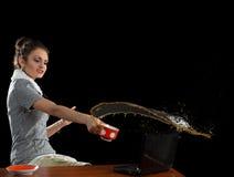 A menina, um portátil e uma xícara de café Foto de Stock