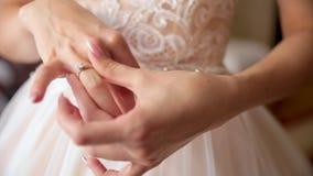A menina, uma mulher está obtendo uma aliança de casamento Começando vida nova toning video estoque