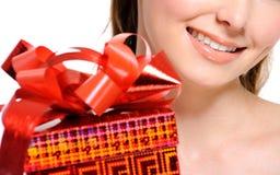 Menina Unrecognizable com uma caixa vermelha no primeiro plano Fotos de Stock