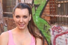 Menina urbana com cauda de pônei que sorri fora com espaço da cópia foto de stock