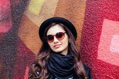 Menina urbana de sorriso com sorriso em sua cara Retrato da menina elegante que tem o divertimento fora na cidade Imagem de Stock Royalty Free