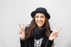 Menina urbana de sorriso com sorriso em sua cara Retrato do gir elegante que veste um estilo do preto da rocha que tem o divertim Imagem de Stock Royalty Free