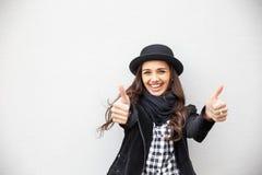 Menina urbana de sorriso com sorriso em sua cara Retrato do gir elegante que veste um estilo do preto da rocha que tem o divertim Fotos de Stock Royalty Free