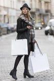 Menina urbana que vai para a loja na venda do inverno Imagens de Stock Royalty Free