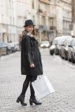 Menina urbana que vai para a loja na venda do inverno Imagens de Stock