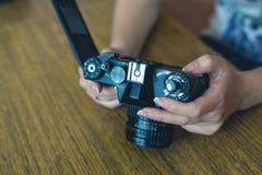 A menina usa a câmera retro Fotografia de Stock
