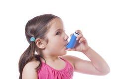 A menina usa o pulverizador médico para a respiração Fotografia de Stock Royalty Free