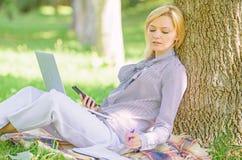 A menina usa a tecnologia moderna para o neg?cio A tecnologia moderna d? mais oportunidades de realizar seu potencial uso imagem de stock