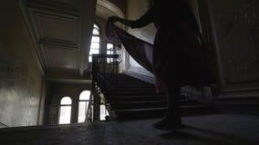 a menina vai abaixo das escadas filme