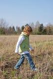 A menina vai em um campo Fotos de Stock Royalty Free