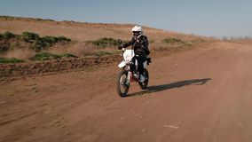 A menina vai na velocidade atrás da roda de uma bicicleta dos esportes vídeos de arquivo
