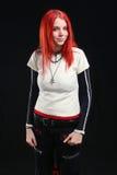 Menina vermelha agradável do cabelo no vestido preto com camisa vazia Foto de Stock