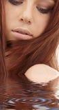 Menina vermelha do cabelo na água Imagem de Stock Royalty Free