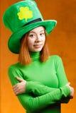 Menina vermelha do cabelo no chapéu do partido do dia de St Patrick Fotografia de Stock Royalty Free